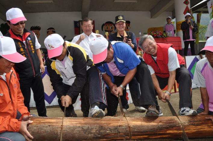 五峰鄉多功能體育館揭牌 邱縣長挽袖比射箭、鋸木頭 共8張圖片