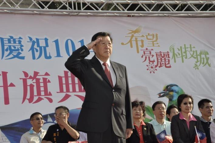 透早府前廣場國慶升旗 民眾高唱「明天會更好」 共39張圖片