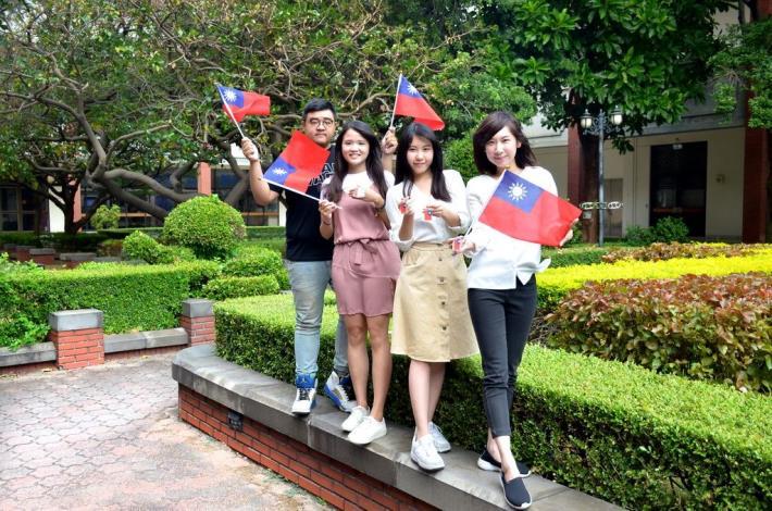 竹縣國慶遊行祝中華民國生日快樂 來就送國旗鑰匙圈+商圈折價券 共3張圖片