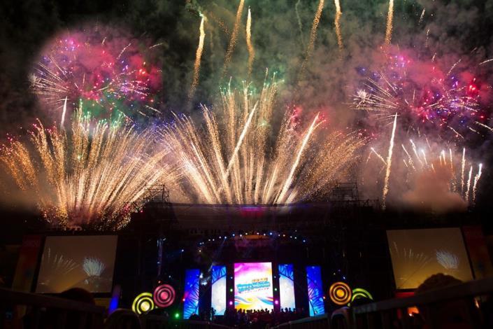 2014跨年晚會搖滾天王伍佰壓軸   縣府廣場八萬民眾HIGH翻天 共57張圖片