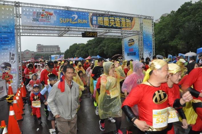 國慶日風雨無阻 6000英雄超人漫跑