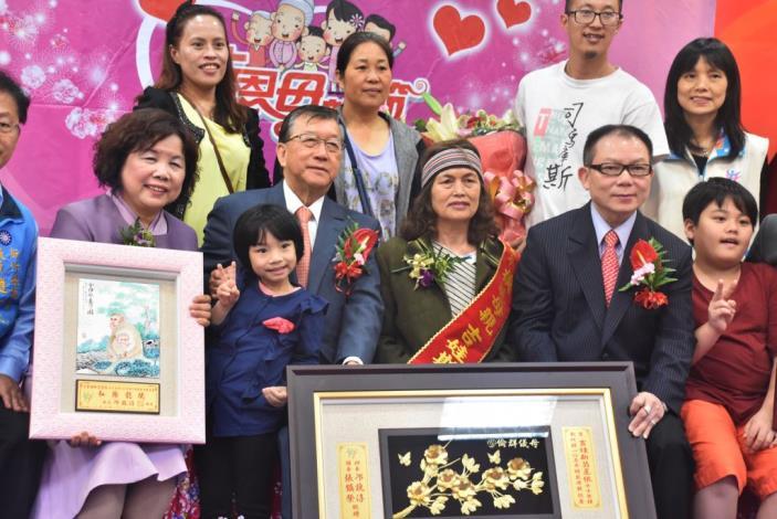 新竹縣105年模範母親表揚邱縣長祝福媽媽們母親節快樂 共3張圖片