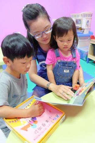 青年返鄉賣書也賣理念 世界閱讀日行腳章送好禮