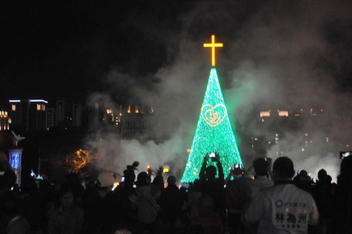 愛讓我們在一起 新竹縣聖誕樹在縣府廣場閃耀光芒 共5張圖片