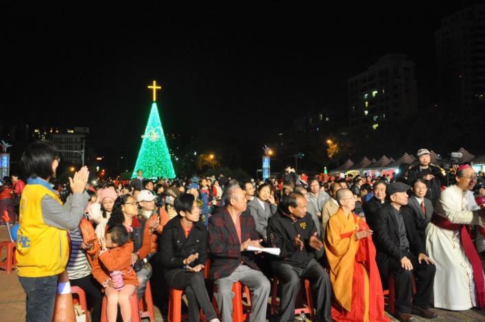 愛讓我們在一起 新竹縣聖誕樹在縣府廣場閃耀光芒