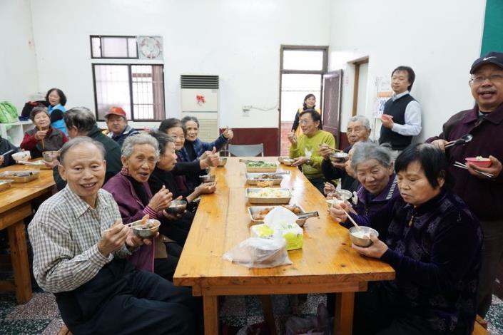 行政院毛治國院長  訪視關西鎮北山社區照顧關懷據點  嘉勉為老人送餐的志工