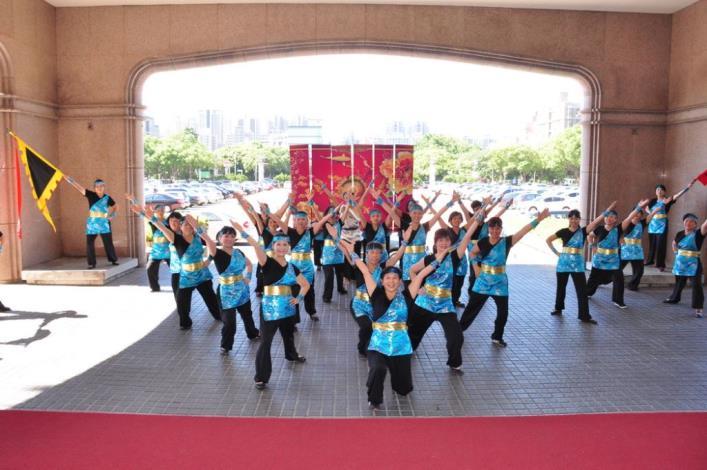 新豐鄉土風舞推展協會北上參加觀摩賽 縣長授旗鼓舞士氣 共12張圖片