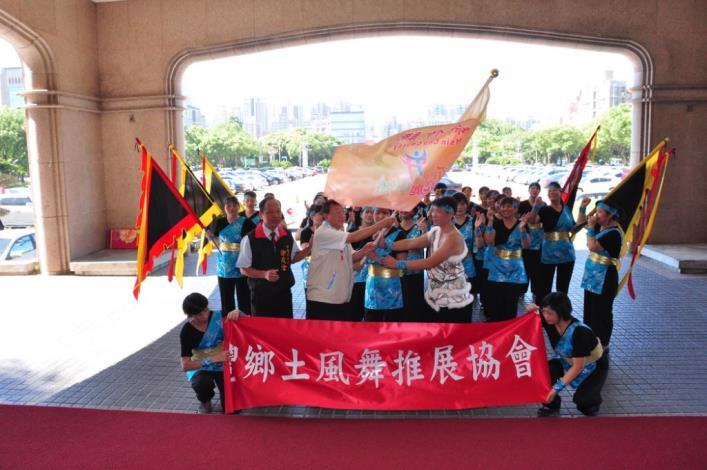 新豐鄉土風舞推展協會北上參加觀摩賽 縣長授旗鼓舞士氣