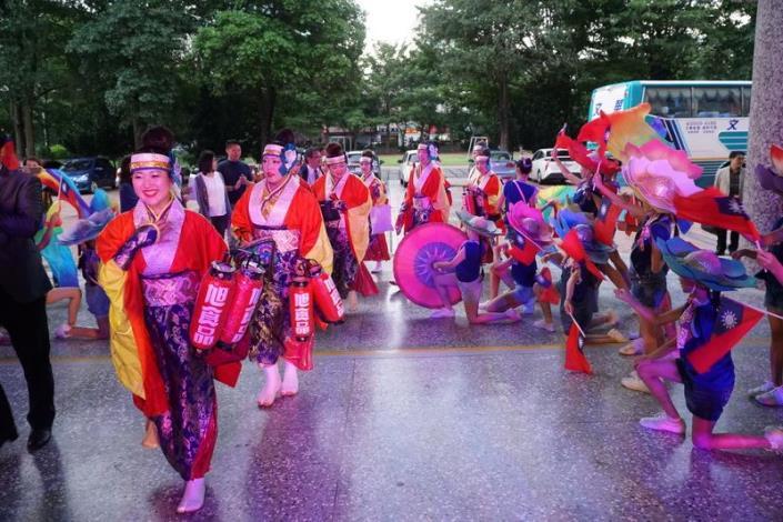 日本高知縣舞蹈團蒞縣演出 送「鳴子」與學生同樂 共8張圖片