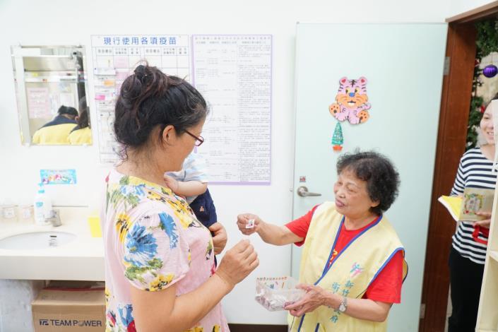 連續16年擔任衛生所志工  81歲鍾羅四妹榮獲模範母親