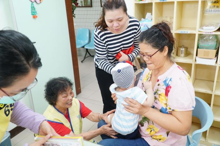 連續16年擔任衛生所志工  81歲鍾羅四妹榮獲模範母親 共2張圖片