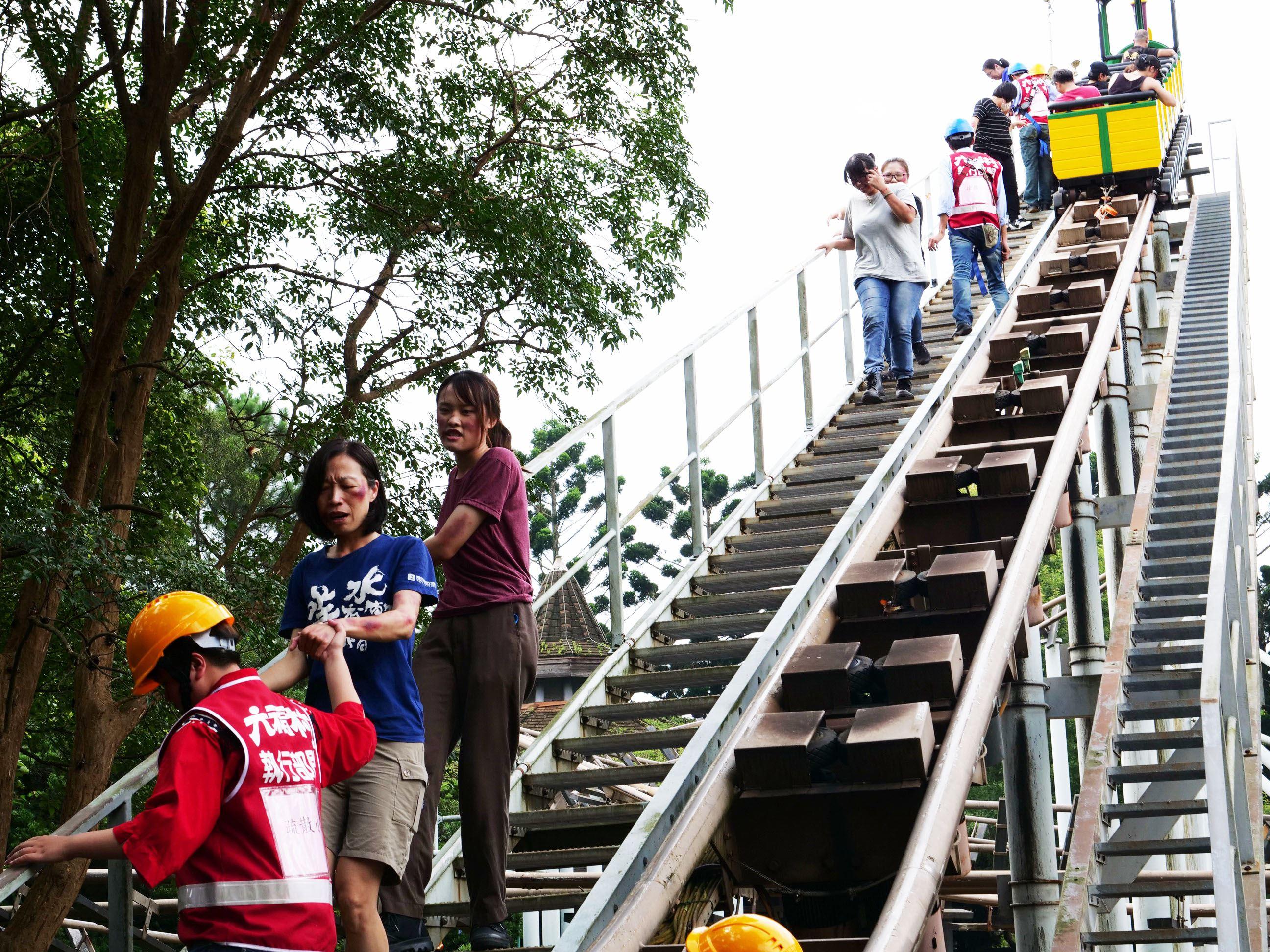六福村大型災害演習逼真上演 為暑假提前做準備