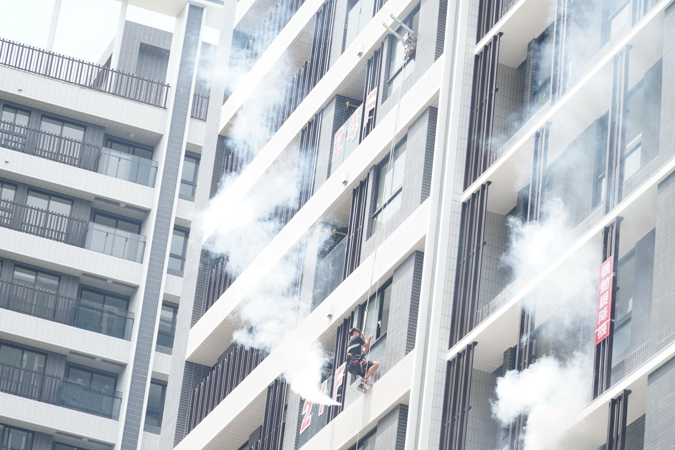 新竹縣消防局高樓救災戰術升級 研發「機動緩降機救援法」15層以上也適用