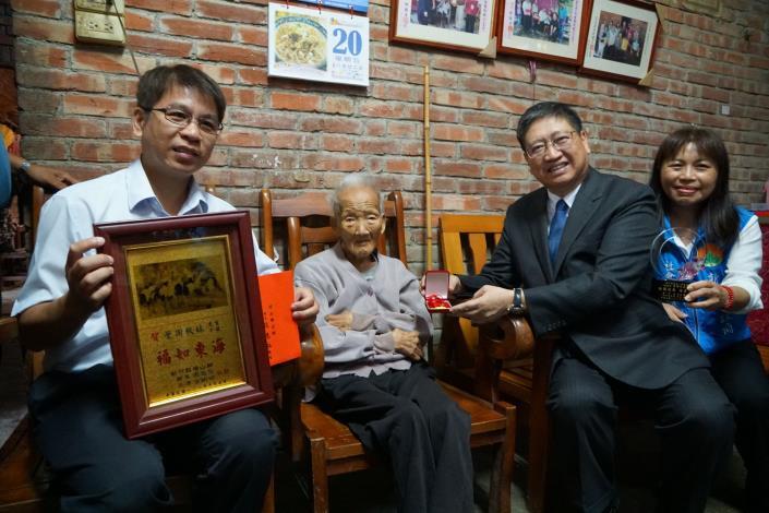 慶祝九九重陽 縣長楊文科拜訪橫山鄉、竹東鎮百歲人瑞