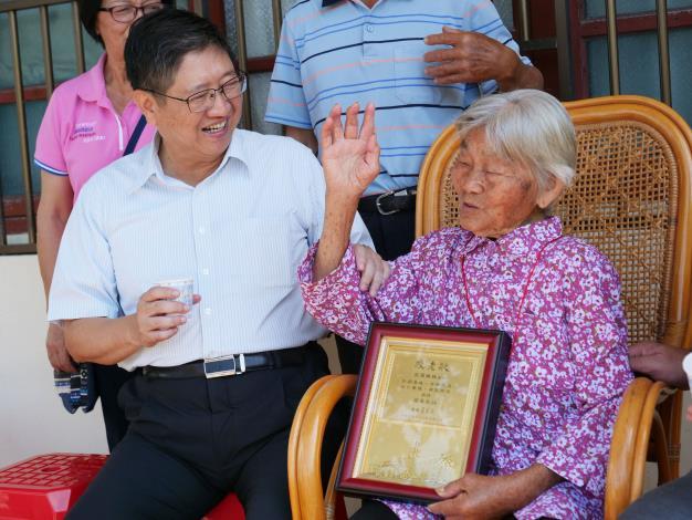 慶祝九九重陽  縣長楊文科拜訪新埔鎮、關西鎮百歲人瑞