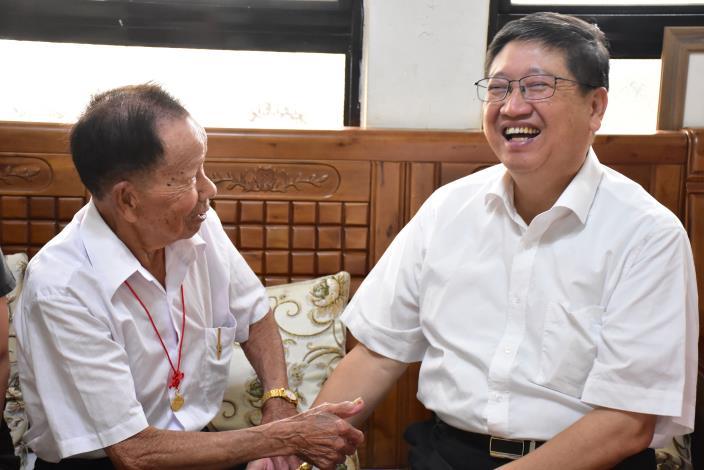 百歲人瑞散播喜氣 楊縣長領到紅包笑開懷 共8張圖片