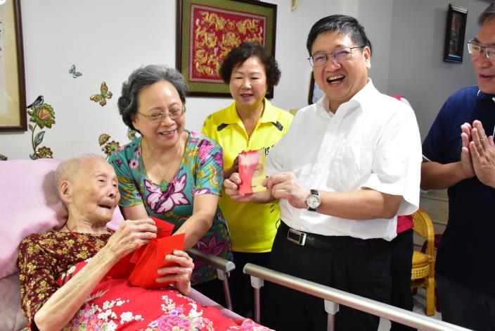 百歲人瑞散播喜氣 楊縣長領到紅包笑開懷