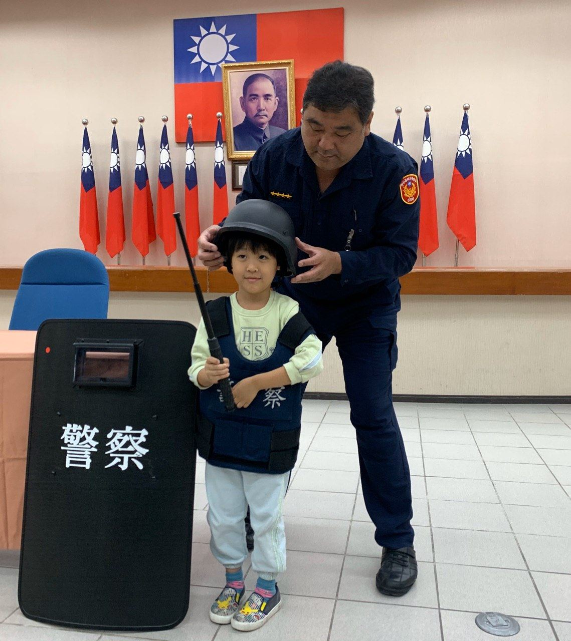 小小孩童體驗騎重機 全副武裝打擊犯罪 縣內幼兒園參訪新竹縣警察局