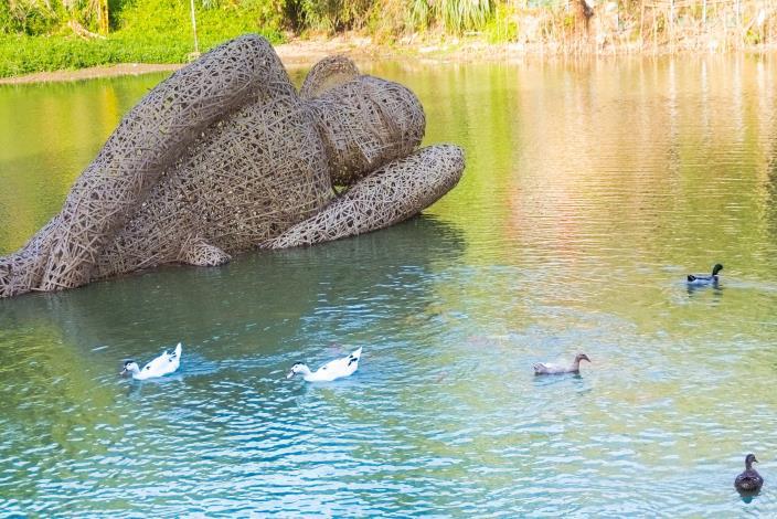 湖裏「躺」巨人?「峨眉慢漫生活節」台印藝術家聯合創作裝置藝術等你來打卡