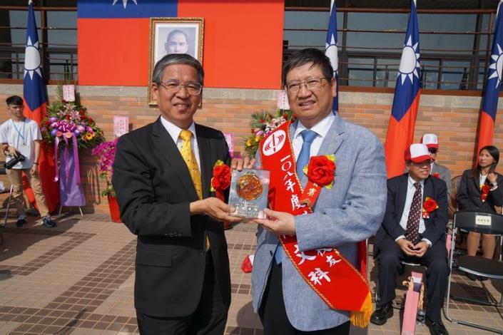 楊文科縣長參加中科大54週年校慶 接受「傑出校友」頒獎