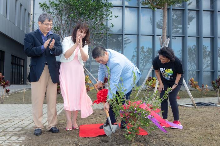 亞太美國學校教育嘉年華 楊縣長植樹呼籲愛護地球、落實環保 共4張圖片