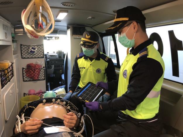 救護車上疑似心肌梗塞患者藉由救護平板傳輸心電圖至醫院