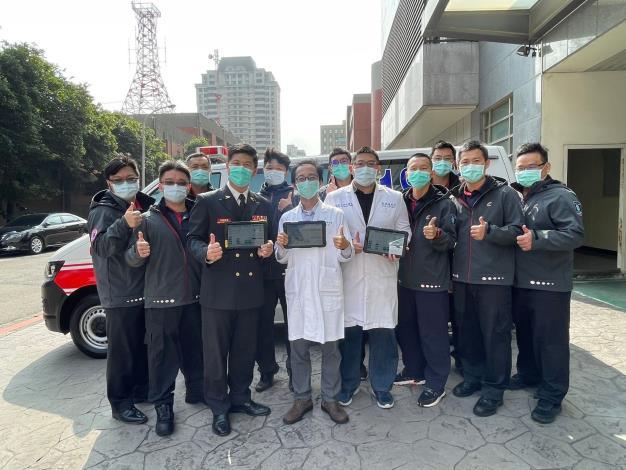 新竹縣政府消防局救護教官團隊與指導醫師展示電子救護平板院前院後雲端串聯具體成效