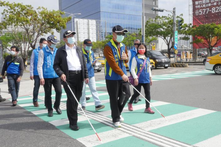 助視障者安心過馬路 竹縣首推智慧有聲號誌APP