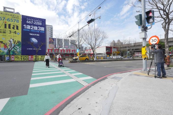 助視障者安心過馬路 竹縣首推智慧有聲號誌APP 共4張圖片