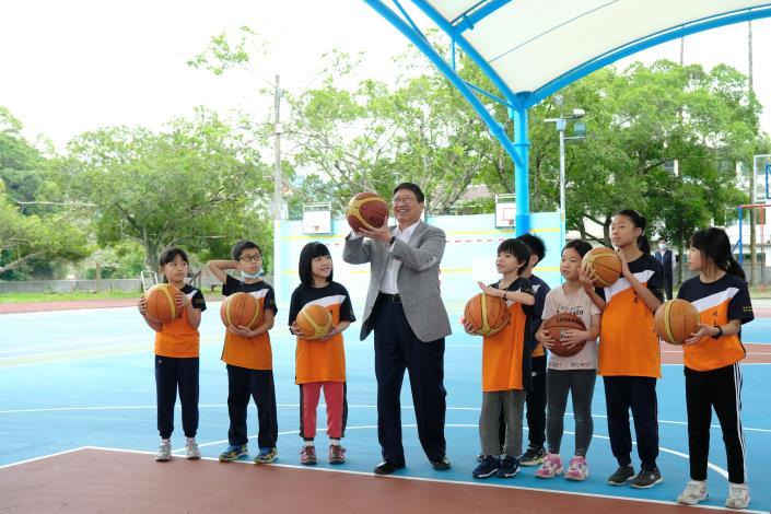 峨眉國小有風雨球場啦! 楊縣長與學生嗨打藍球 共2張圖片