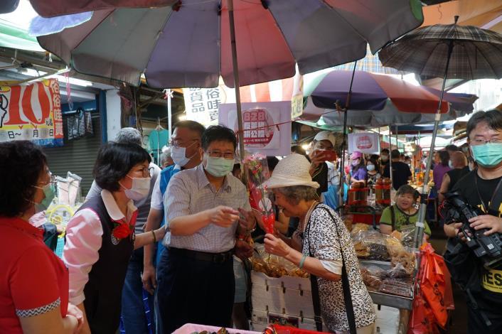 祝賀母親節 楊縣長竹北天后宮市場送康乃馨並呼籲婆婆媽媽用行動反萊豬