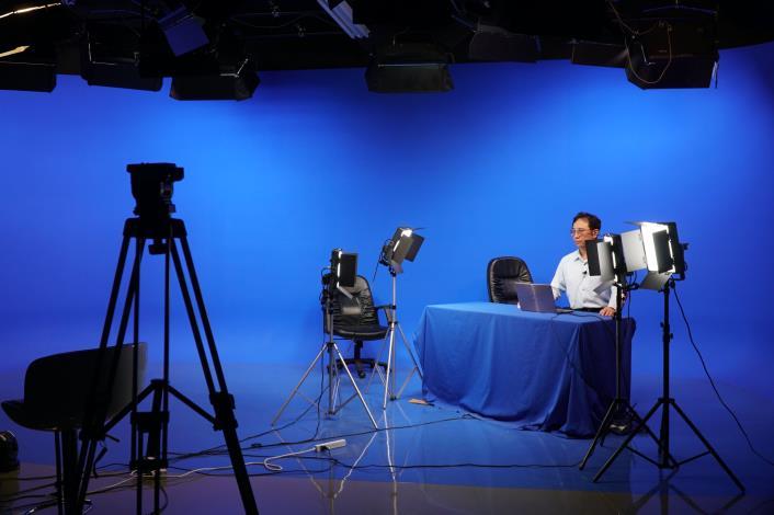 現役(退休)老師、前縣議員投入公播課程      豐富遠距教學樣貌