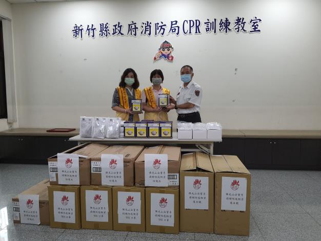 消防媽媽送愛回娘家 1500個N95「罩」孩子 共2張圖片