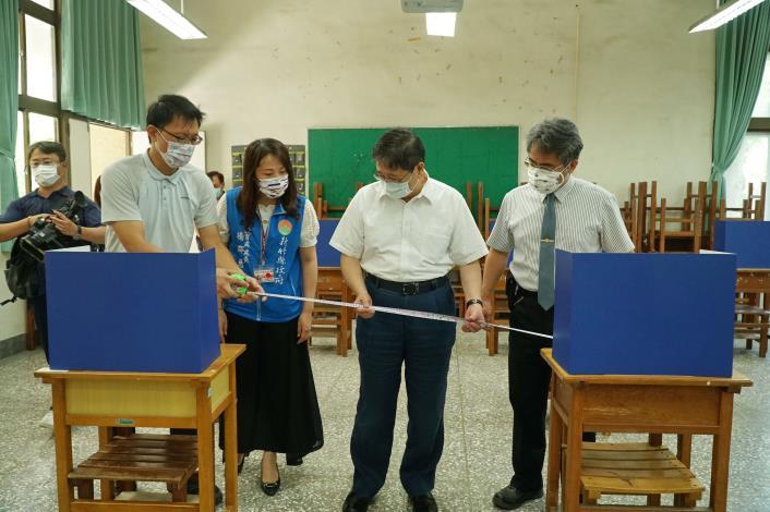 楊縣長到竹北高中視察大學指考會場   拿尺實測考生間距是否符合規定