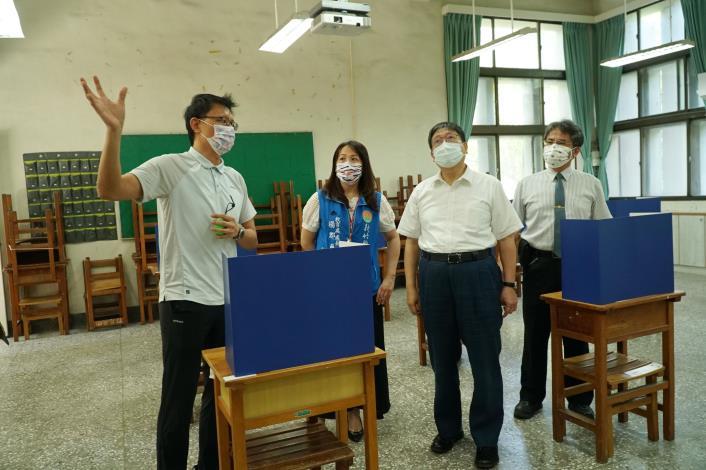 楊縣長到竹北高中視察大學指考會場   拿尺實測考生間距是否符合規定 共3張圖片