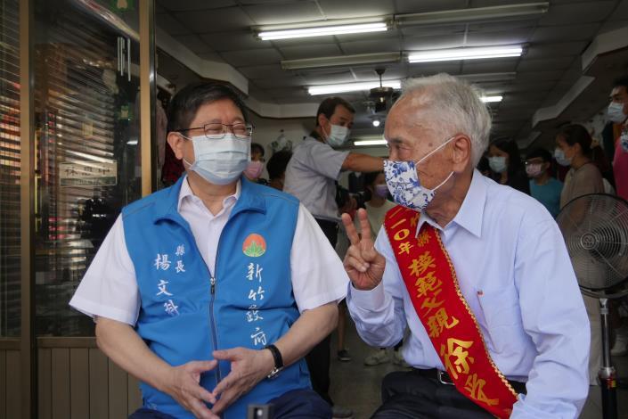 Hebe百歲外公宋增土獲新竹縣模範父親 生活起居、騎車樣樣自己來 共5張圖片