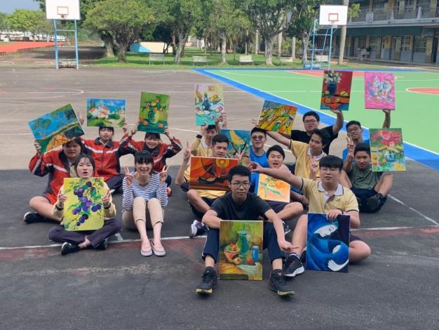 精華國中主任黃𤦭芳與設計職群學生開心與成品壓克力畫合影