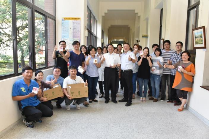 Hsinchu County Government gifts specially made dessert boxes to its employees in celebration of the coming Mother's Day