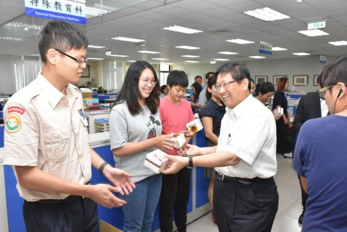 Hsinchu County Government gifts specially made dessert boxes to its employees in celebration of the coming Mother's Day (5 photos)