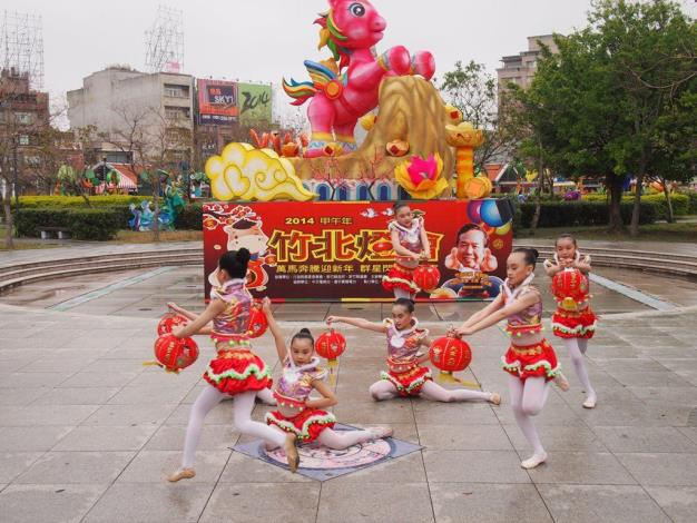 Stunning and Shining: 2014 Zhubei Lantern Festival in Hsinchu County inviting everyone to taste Yuanxiao (rice balls), solve lantern riddles, and carry lanterns around (4 photos)