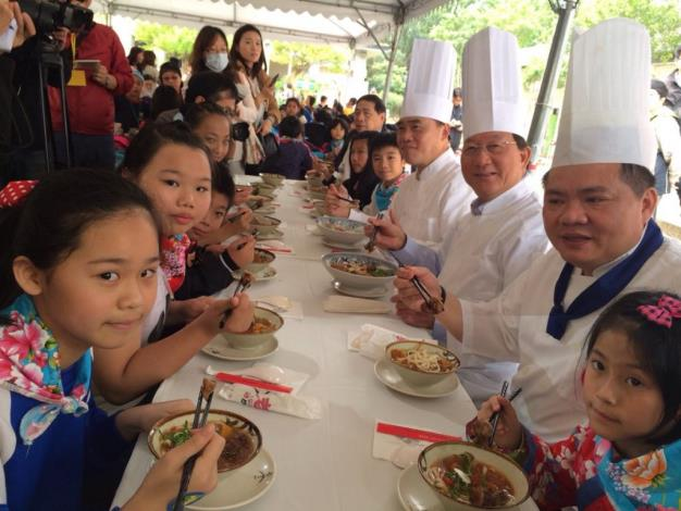 Inter-municipal exchanges between Hsinchu County and Taipei City: Magistrate Chiu leads the County's rural children to the City to visit baby panda Yuan-Zai, experience Maokong Gondola and taste Taipei's delicacies
