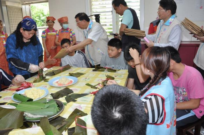 Magistrate Chiu calls on Blue Sky House to send social care and celebrate Dragon Boat Festival with underprivileged children and teenagers (4 photos)