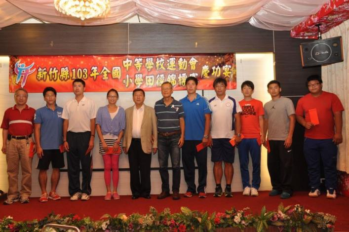 Magistrate Chiu organizes a celebration dinner in recognition of effort of players and coaches to bag 8 gold, 9 silver and 9 bronze medals for Hsinchu County in 2014 National High School Games