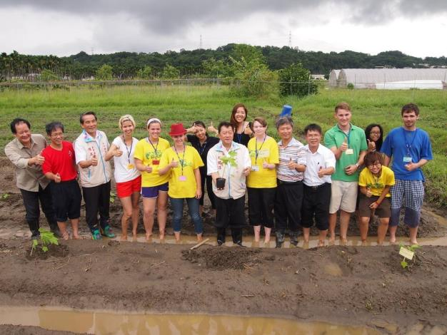 A great stride in expanding people-to-people diplomacy─students of St. Aloysius Technical School and international students stay together in Hsinchu County to experience farming and to learn English