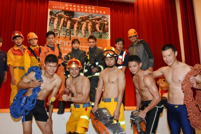 The 2017 Calendar Released by Hsinchu County Fire Bureau Catches the Eye (22 photos)