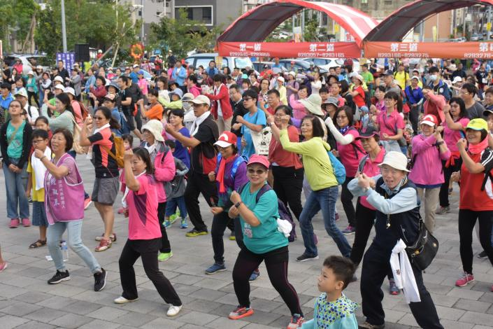 A thousand participants join in a hiking tour to warm up Xinpu Township's Persimmon Festival