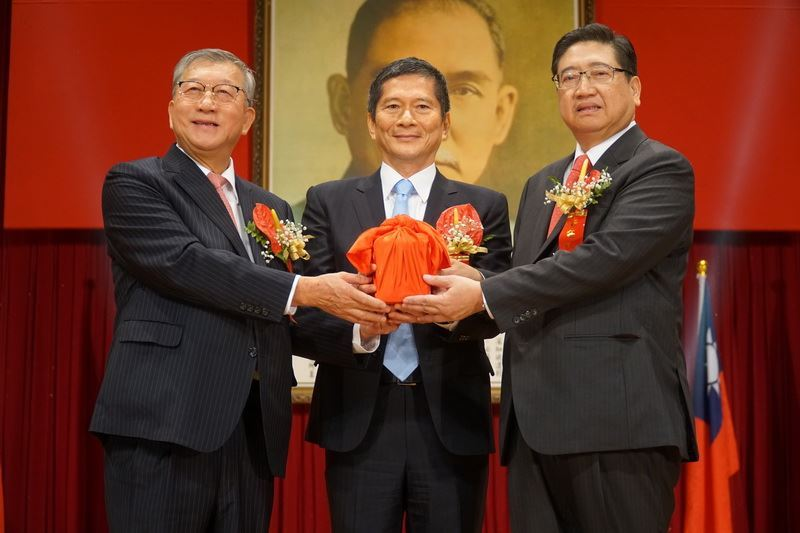 Newly-elected Magistrate Yang Wen-ke takes office and vows to fulfill his campaign promises