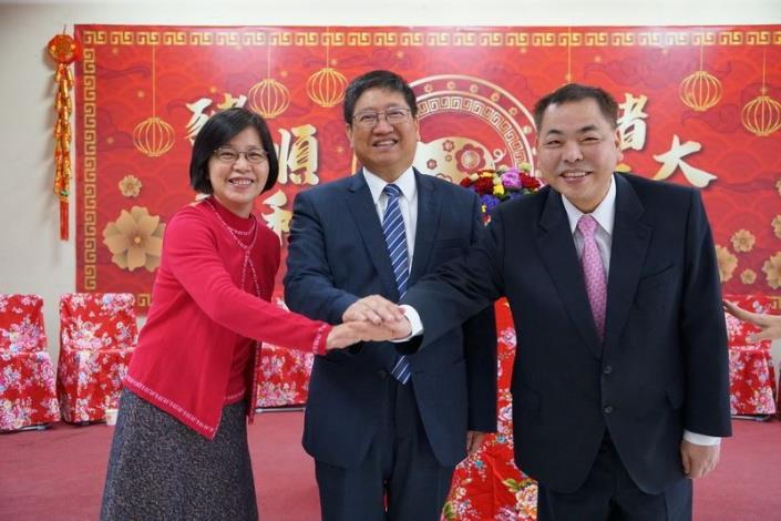 Magistrate Yang pays a New Year call along with Deputy Magistrate and Secretary-General