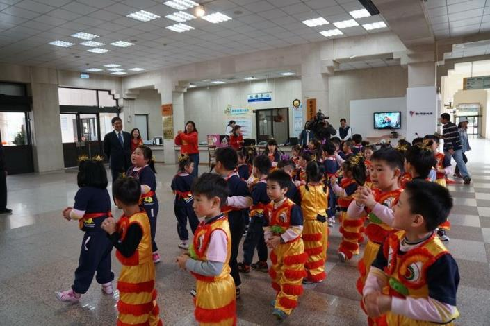 Small kids perform lion and dragon dances and learn to say Chinese New Year greetings in Hakka (3 photos)