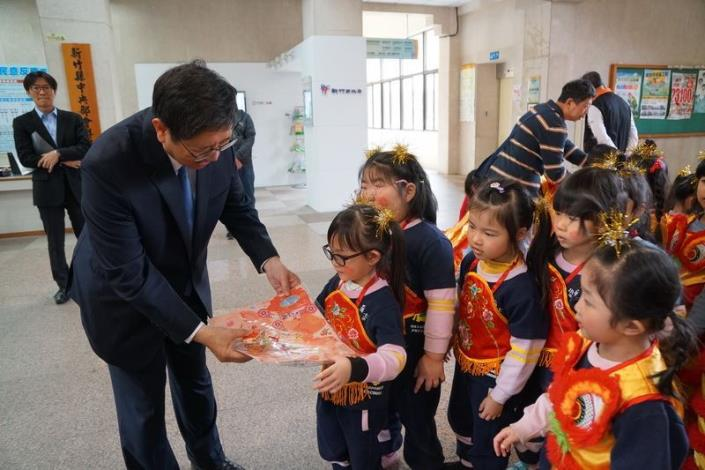 Small kids perform lion and dragon dances and learn to say Chinese New Year greetings in Hakka